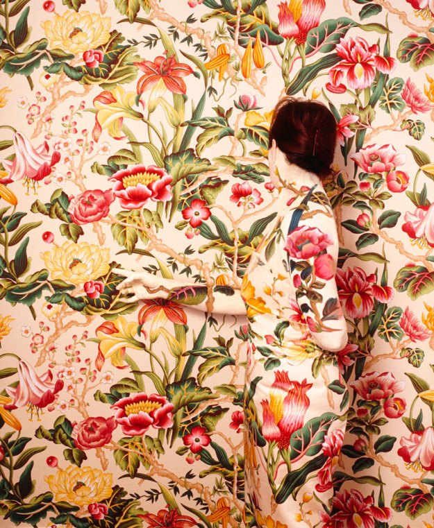 camouflage-art-cecilia-paredes-15 This Artist Uses Her Camouflage Skills To Blend Into Floral Backgrounds Art Random