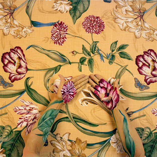 camouflage-art-cecilia-paredes-3 This Artist Uses Her Camouflage Skills To Blend Into Floral Backgrounds Art Random