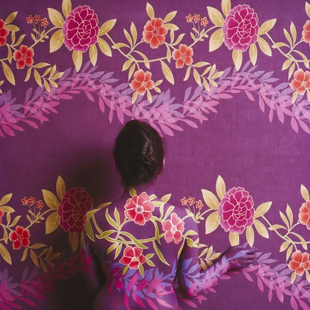 camouflage-art-cecilia-paredes-8 This Artist Uses Her Camouflage Skills To Blend Into Floral Backgrounds Art Random