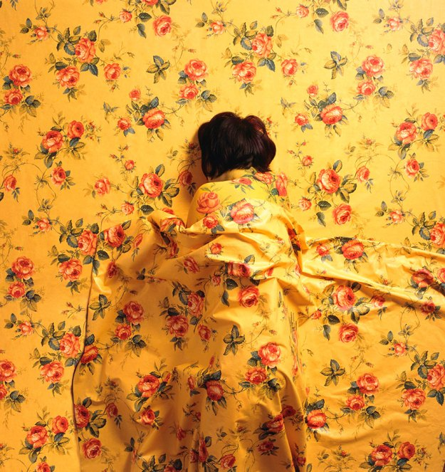 camouflage-art-cecilia-paredes-9 This Artist Uses Her Camouflage Skills To Blend Into Floral Backgrounds Art Random