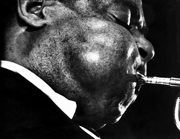 giant-cheeks-dizzy-gillespie-2 20 Photos Showing The Amazing Stretched Cheeks Of Legendary Jazz Player Dizzy Gillespie Random
