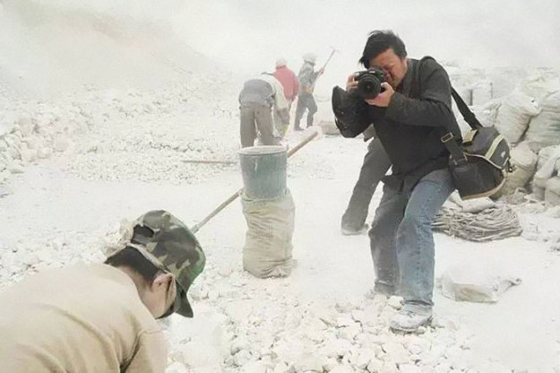 5c063e2837289-award-winning-chinese-photographer-vanished-lu-guang-china-xinjiang-5c04dbcf42041__700 22 Photos That China Don't Want You To See By A Photojournalist Who Just Vanished In China Photography Random