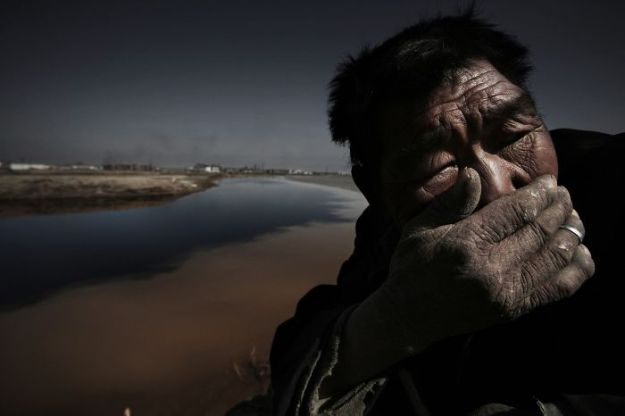 5c063e2b8f31f-award-winning-chinese-photographer-vanished-lu-guang-china-xinjiang2-5c04dc7762384__700 22 Photos That China Don't Want You To See By A Photojournalist Who Just Vanished In China Photography Random