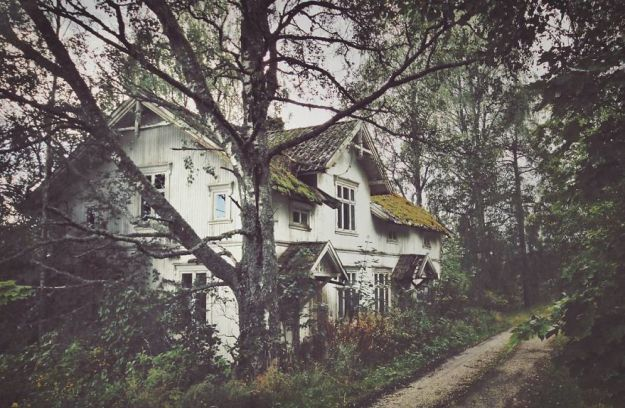 5c092cc83c92c-I-moved-to-the-Arctic-to-pursue-my-passion-for-abandoned-houses-5bfe6380ebc0e__880 29 Photos Of Abandoned Houses In The Arctic By Norwegian Photographer Britt Marie Bye Photography Random Travel