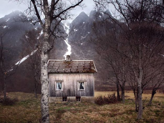 5c092cc8a5720-I-moved-to-the-Arctic-to-pursue-my-passion-for-abandoned-houses-5bfe638e3dc16__880 29 Photos Of Abandoned Houses In The Arctic By Norwegian Photographer Britt Marie Bye Photography Random Travel