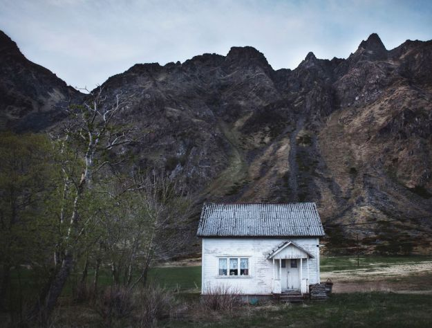 5c092cc99431a-2018-11-13-011323-1-5bfd94d647fa5__880 29 Photos Of Abandoned Houses In The Arctic By Norwegian Photographer Britt Marie Bye Photography Random Travel