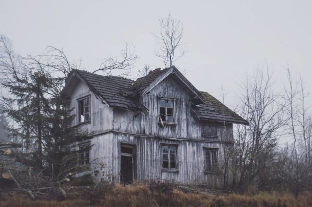 5c092cc9b622c-I-moved-to-the-Arctic-to-pursue-my-passion-for-abandoned-houses-5bfe6382a6e41__880 29 Photos Of Abandoned Houses In The Arctic By Norwegian Photographer Britt Marie Bye Photography Random Travel