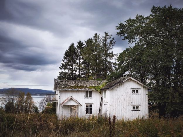 5c092ccaedf3e-2018-09-27-083529-1-5bfd94c137a8a__880 29 Photos Of Abandoned Houses In The Arctic By Norwegian Photographer Britt Marie Bye Photography Random Travel
