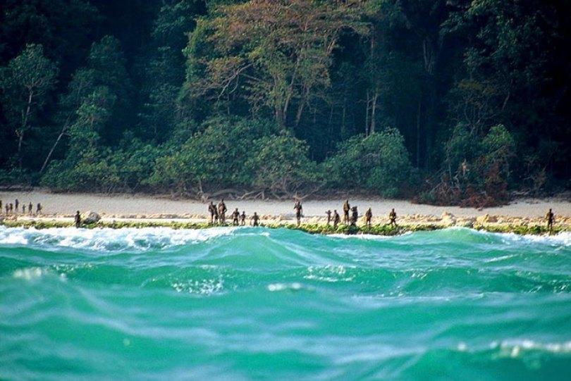 5c12165b77bf3 isolated tribe sentinel island andaman madhumala chattopadhyay india 2 5c0e40134b0e0  700 - Ilha Sentinela - A ilha proibida!