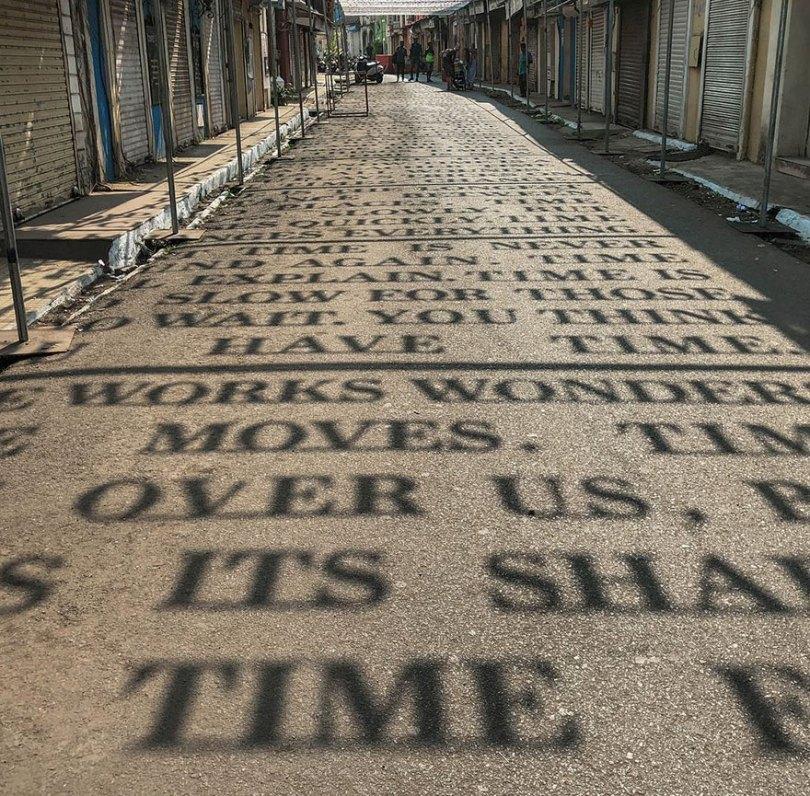 theory of time daku 5 - Artista indiano usa luz solar para projetar frases que exploram Teoria do Tempo