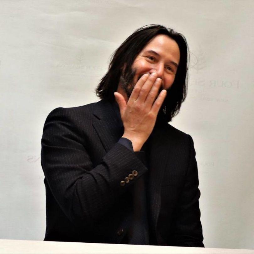 5d03466d6490e Bw Tgblnk2m png  700 - Por que Keanu Reeves tímido e introvertido é tão popular na Internet?