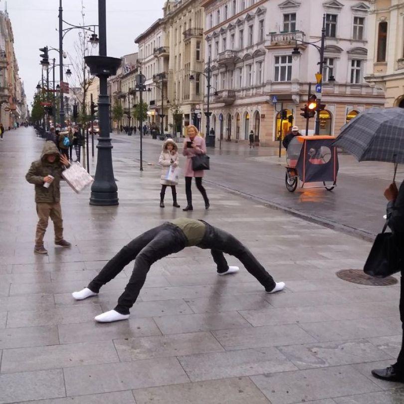 5d146eadda64f mannequins city street art installation trolling sculptor artist mark jenkins 19 5d1317efc496e  700 - Manequins realistas nas ruas