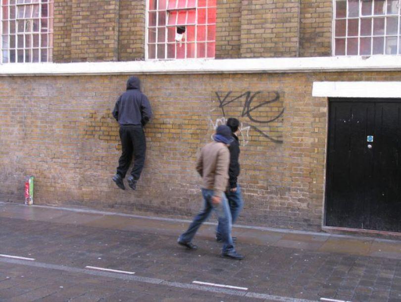 5d146eae543c6 mannequins city street art installation trolling sculptor artist mark jenkins 38 5d1318120a7fb  700 - Manequins realistas nas ruas