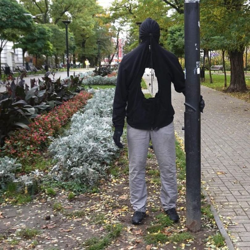 5d146eaf113fd mannequins city street art installation trolling sculptor artist mark jenkins 18 5d1317ee25bc6  700 - Manequins realistas nas ruas