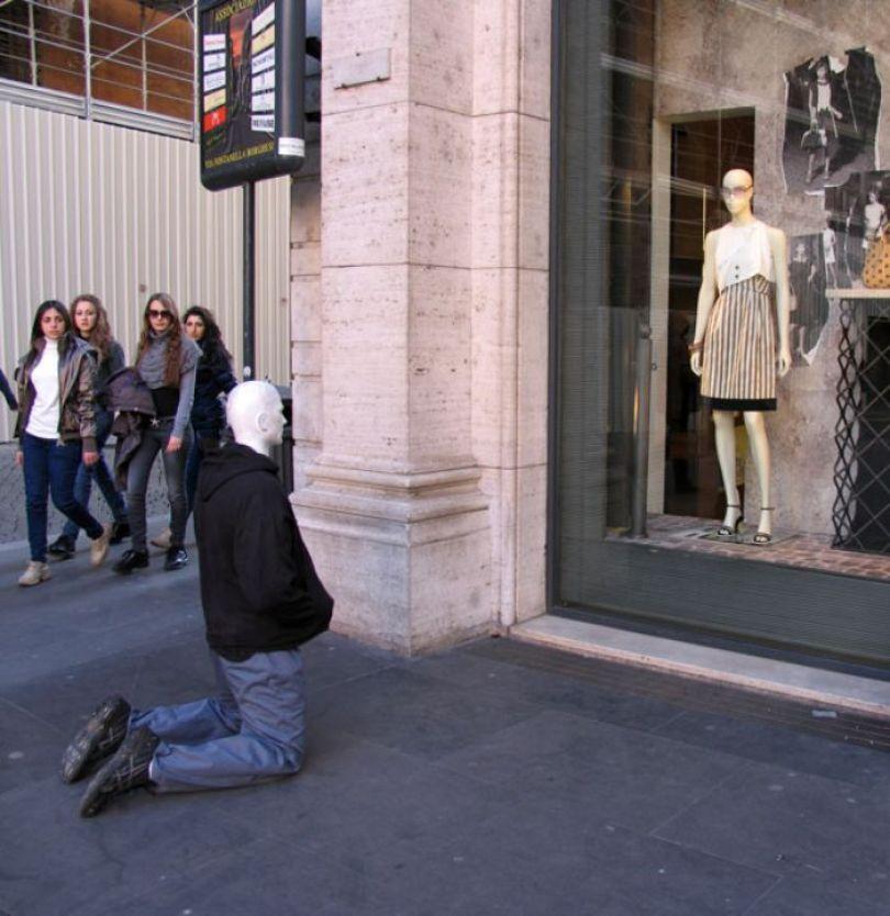 5d146eafd2d62 mannequins city street art installation trolling sculptor artist mark jenkins 57 5d1318337ff0a  700 - Manequins realistas nas ruas