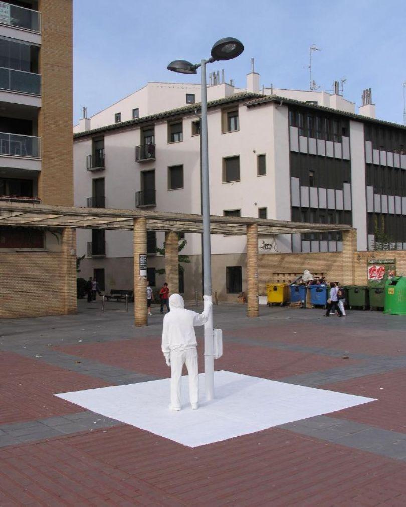 5d146eb060c34 mannequins city street art installation trolling sculptor artist mark jenkins 7 5d1317da445e4  700 - Manequins realistas nas ruas