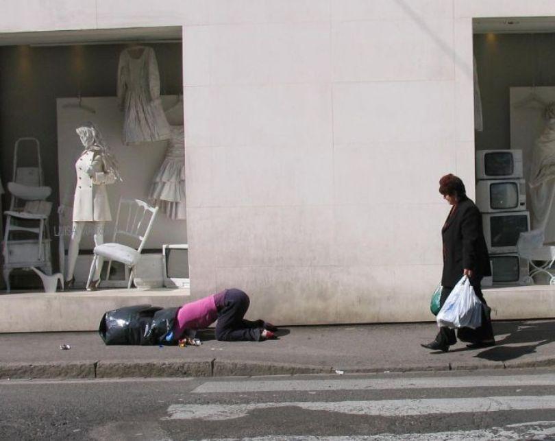 5d146eb07cfcd mannequins city street art installation trolling sculptor artist mark jenkins 8 5d1317dbd6eb0  700 - Manequins realistas nas ruas