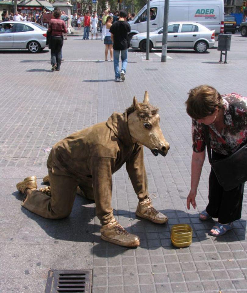 5d146eb09932f mannequins city street art installation trolling sculptor artist mark jenkins 29 5d1318007e71b  700 - Manequins realistas nas ruas
