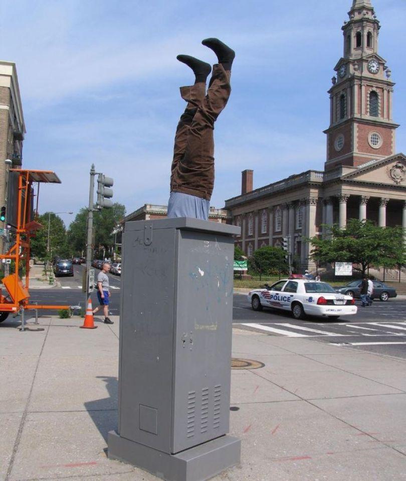 5d146eb1268b2 mannequins city street art installation trolling sculptor artist mark jenkins 23 5d1317f6b8663  700 - Manequins realistas nas ruas