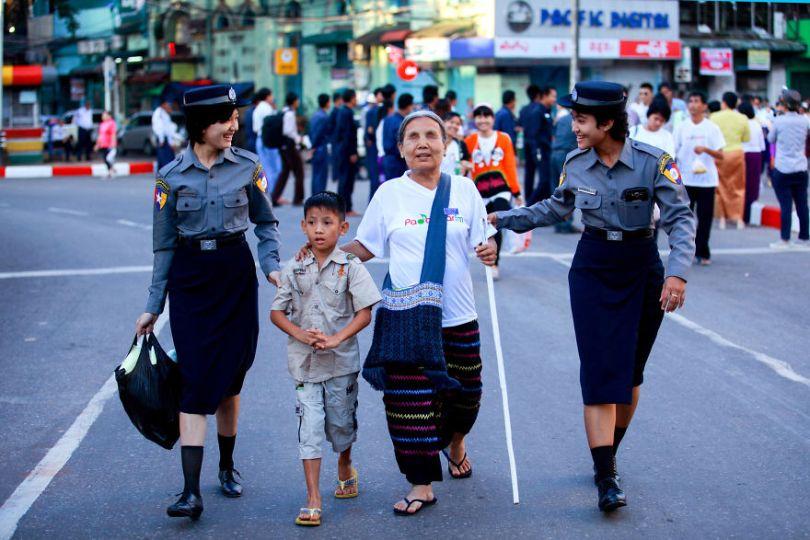 5d56596ca59c9 Helping hands Myanmar yekyawthu Ye Kyaw ThuAGORA images 5d5180e0317e5  880 - 40 fotos apaixonantes e interessantes sobre o Amor