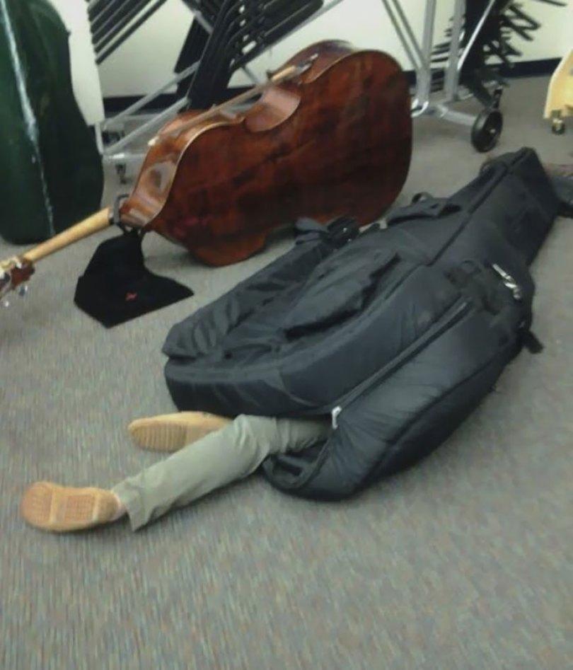 5d832ed44aa18 funny people sleeping positions 58 5d7615b447f63  700 - Pessoas dormindo em posições extremamente desconfortáveis