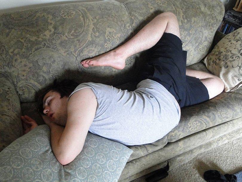 5d832ed5c188c funny people sleeping positions 3 5d760c0f1015e  700 - Pessoas dormindo em posições extremamente desconfortáveis