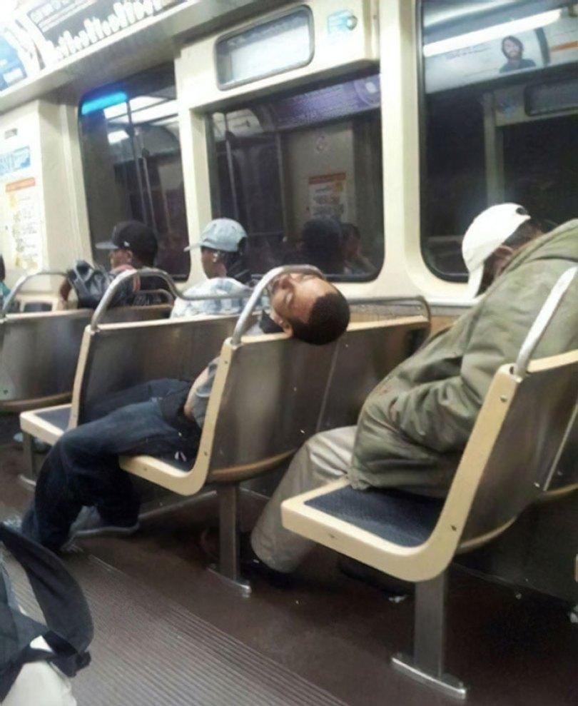 5d832ed738df2 funny people sleeping positions 115 5d761dfa08f14  700 - Pessoas dormindo em posições extremamente desconfortáveis