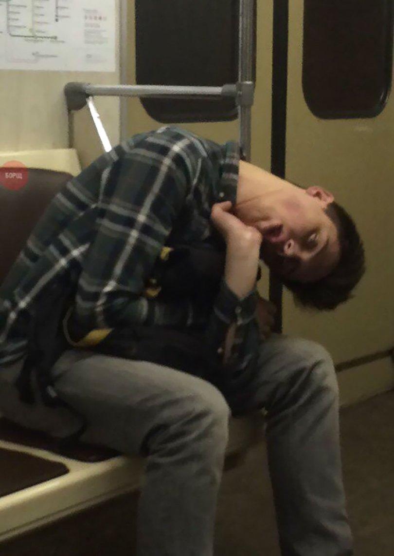 5d832ed7e3e80 funny people sleeping positions 39 5d7610dd4021b  700 - Pessoas dormindo em posições extremamente desconfortáveis