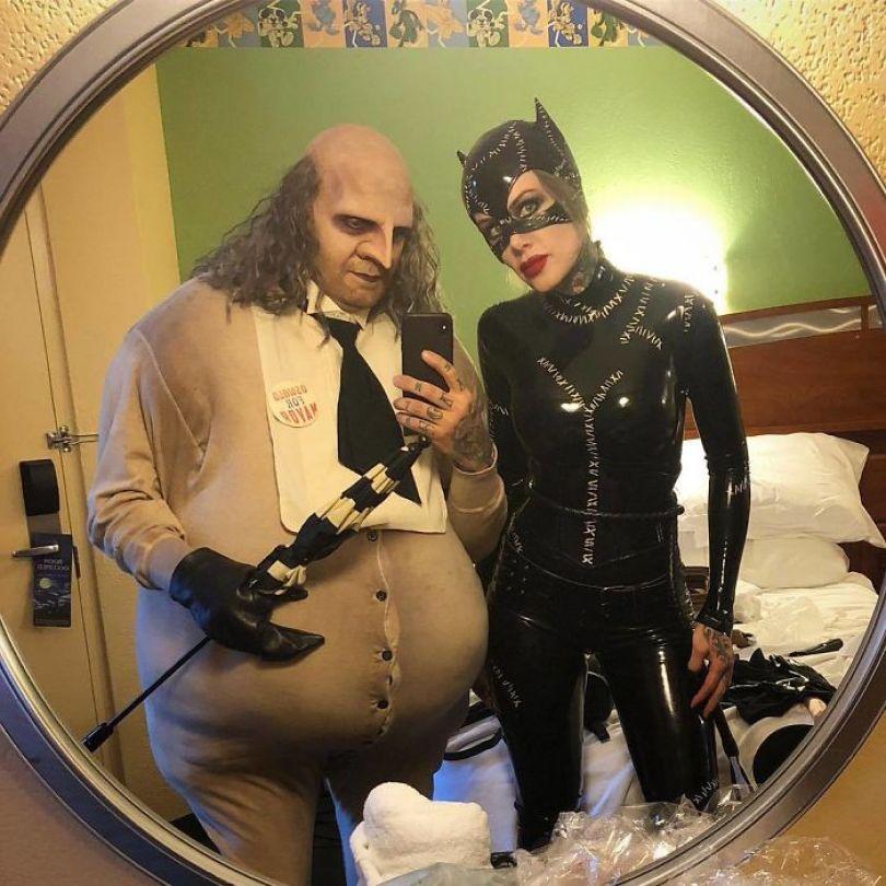 5dba981465729 BpNb5hiBzU5 png  700 - Casais que apavoraram em suas fantasias para o Halloween