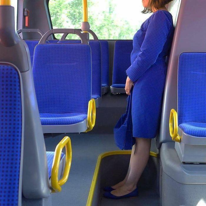5dc3d4bbd9b36 BKf5C4EAnNw png  700 - Conta do Instagram compartilha as coisas mais estranhas do transporte público