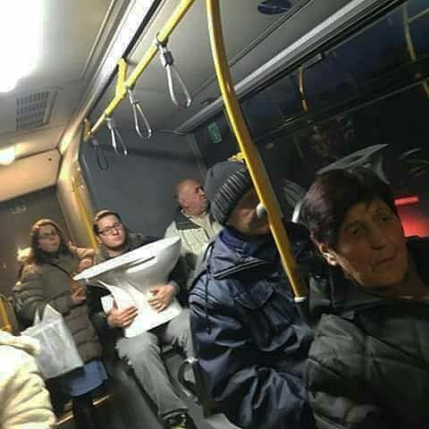 5dc3d4bc02eb5 BOhW5bUgWXb - Conta do Instagram compartilha as coisas mais estranhas do transporte público