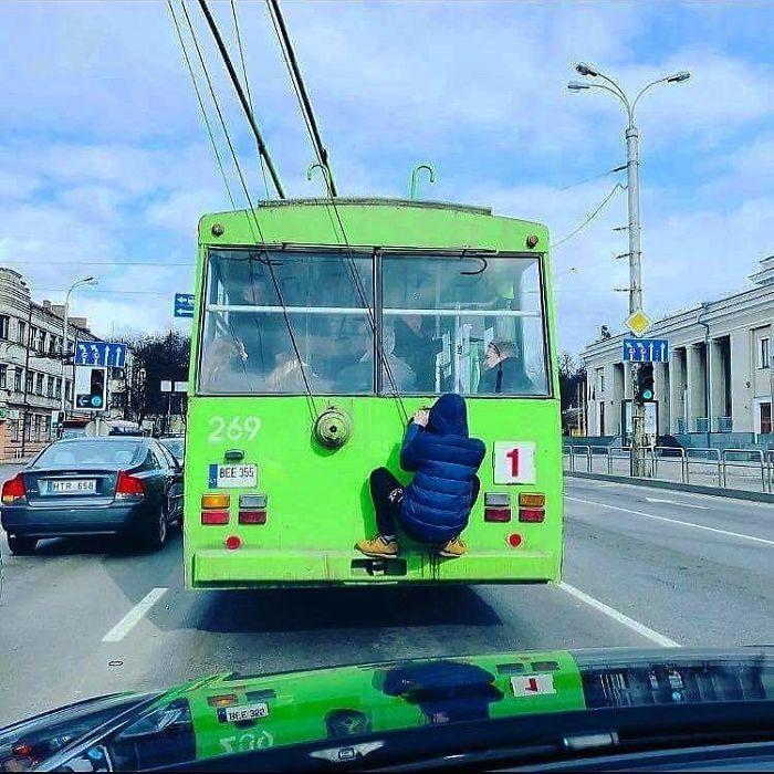 5dc3d4bc9ee46 BgldT48F7Kw png  700 - Conta do Instagram compartilha as coisas mais estranhas do transporte público