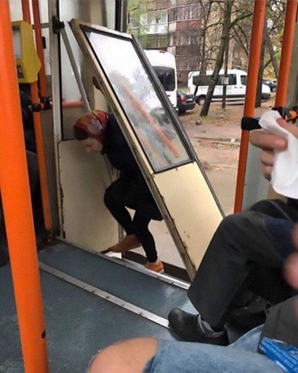 5dc3d4bd0f86a humans of trolleybuses 318 5dc2867fa7e4d  700 - Conta do Instagram compartilha as coisas mais estranhas do transporte público