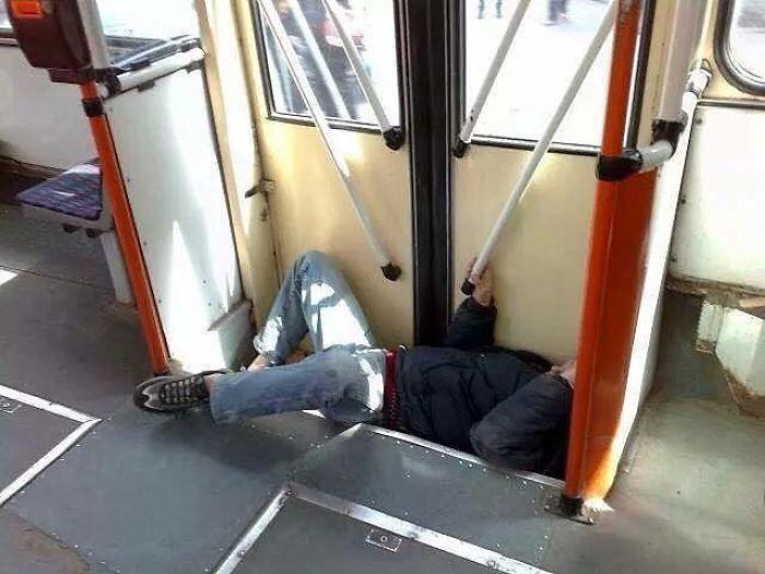 5dc3d4bdd0c3c BRqBochjn3v png  700 - Conta do Instagram compartilha as coisas mais estranhas do transporte público