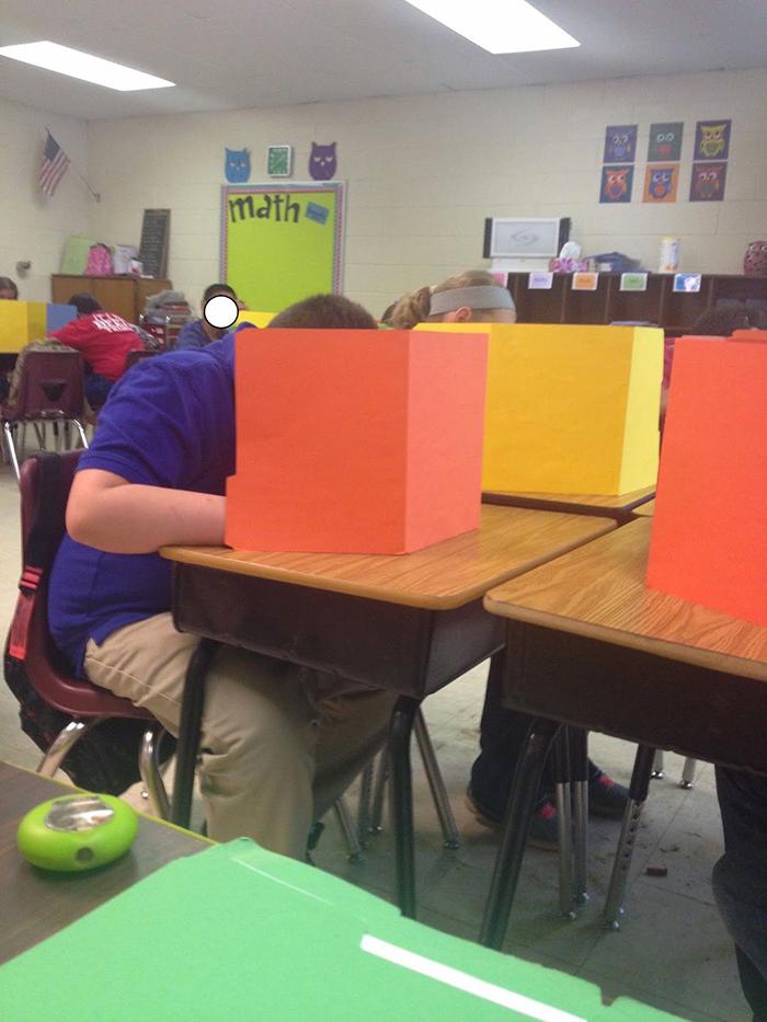 5dc522815b1a4 creative extreme teachers prevent cheating 1 5dc16c77c8d71  700 - 17 vezes que professores exageraram para alunos não colarem