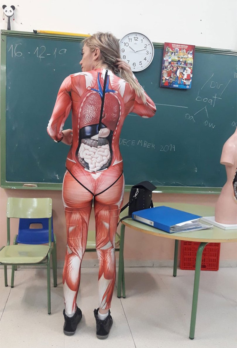 5e01dc16d06c2 teacher dresses up human body anatomy lesson 3 5e00771730876  700 - Professora surpreende classe ao dar aula vestida com traje de anatomia