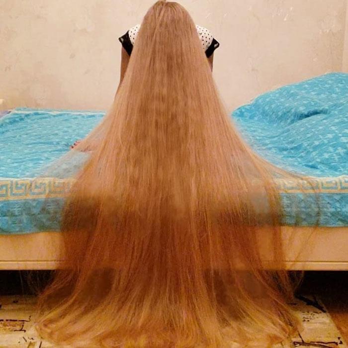 5e0da50b2dd48 alena kravchenko 6 feet long hair 9 5e0b5f79ab517  700 - Conheça a Rapunzel da Vida Real