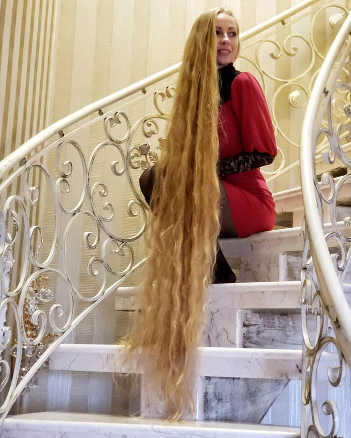 5e0da50b6ebf3 alena kravchenko 6 feet long hair 7 5e0b5f75b99ac  700 - Conheça a Rapunzel da Vida Real