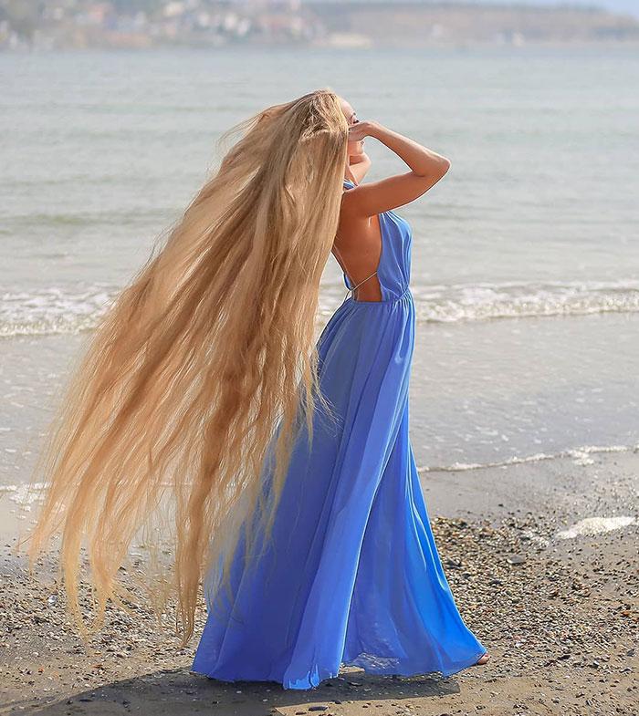 5e0da50bb7b47 alena kravchenko 6 feet long hair 6 5e0b5f7383f20  700 - Conheça a Rapunzel da Vida Real