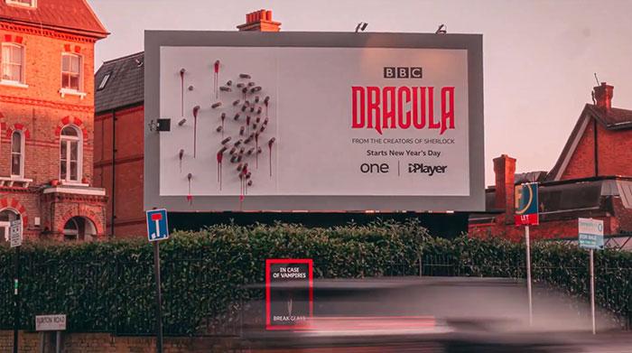 5e16e2b46c30c dracula shadows billboard 5e15a816cb423  700 - Facas fazem sombra em Marketing de Drácula da BBC