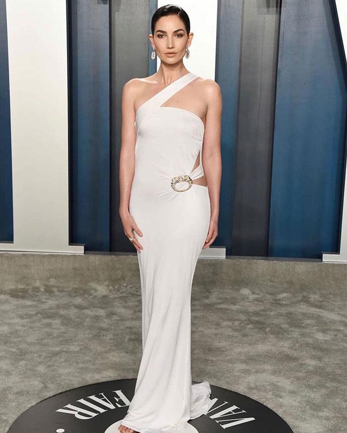 5e43b70bd7c06 celebrities actors recycled clothes sustainability oscars 7 5e42ae2c06a09  700 - Ricas, sim! Repetir o vestido, também!