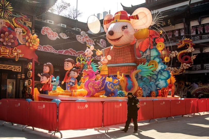5e43b7131e5e3 coronavirus outbreak empty shanghai streets photos nicole chan 1 6 5e425d59b9d41  880 - O dia em que a China parou! 32 fotos das ruas vazias de Xangai durante o surto de Coronavírus