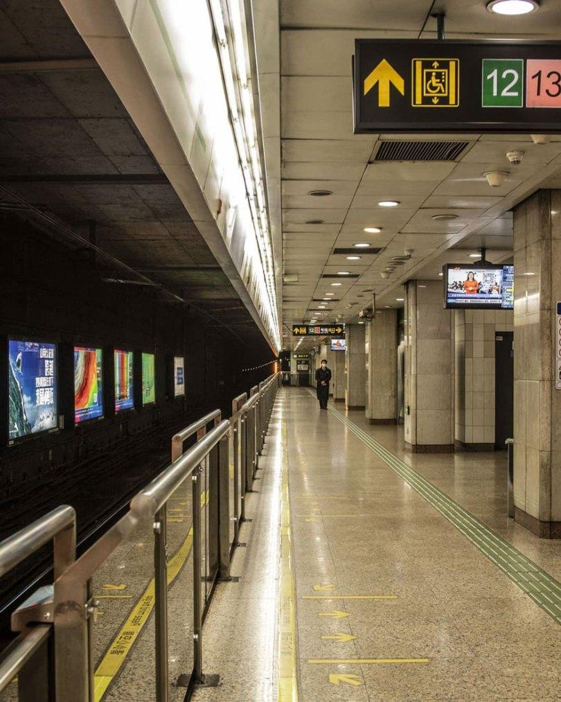 5e43b71594cd6 coronavirus outbreak empty shanghai streets photos nicole chan 1 25 5e425d7f8a466  880 - O dia em que a China parou! 32 fotos das ruas vazias de Xangai durante o surto de Coronavírus