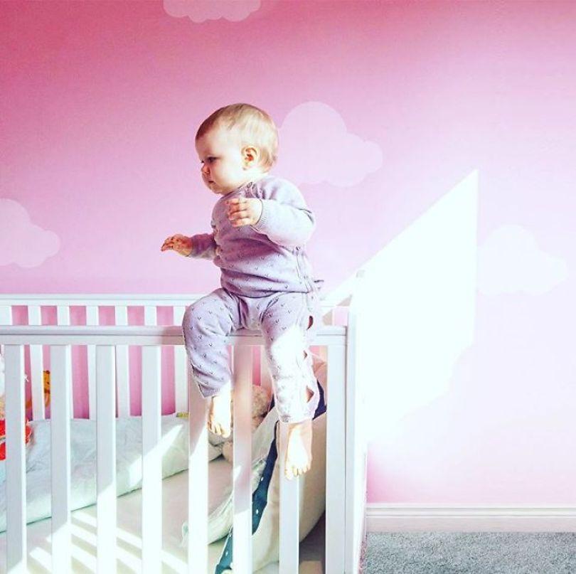 5e7b16bb30657 kid dangerous situations dad photoshop stephen crowley 5e787a2195dea  700 - Quando as mães deixam seus filhos sozinhos com os pais