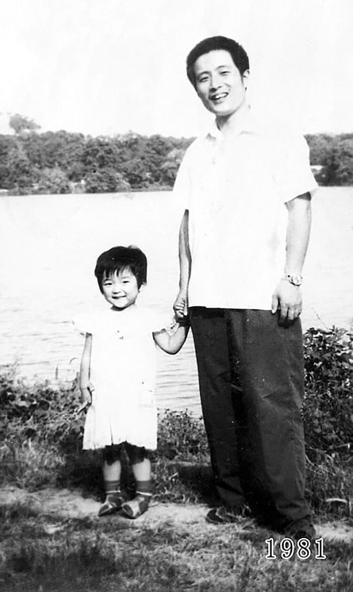 5f3f7456d38a3 dad daughter same photo location different year hua yunqing 1 5 5f3e281835954  700 - Mesma foto, mesmo lugar há 40 anos!