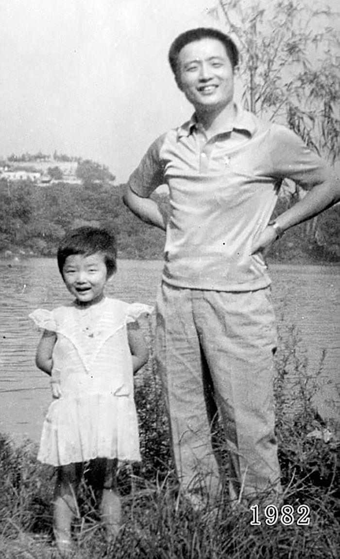 5f3f745718219 dad daughter same photo location different year hua yunqing 1 6 5f3e281e26461  700 - Mesma foto, mesmo lugar há 40 anos!