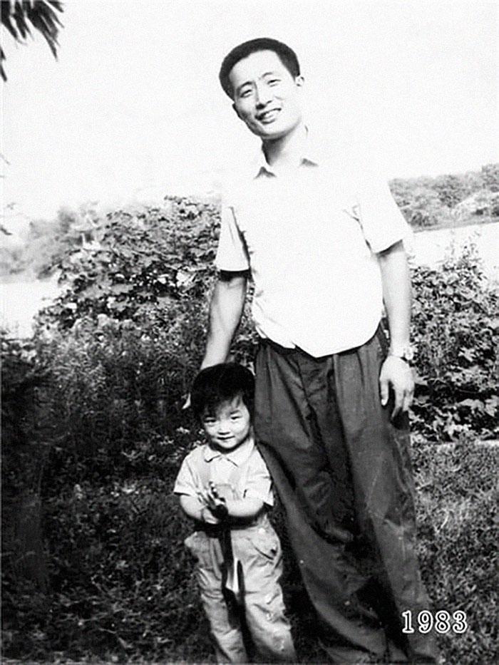 5f3f74573040b dad daughter same photo location different year hua yunqing 1 7 5f3e2820e3ebb  700 - Mesma foto, mesmo lugar há 40 anos!