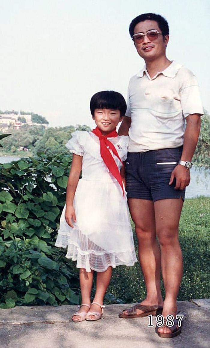 5f3f7457e036c dad daughter same photo location different year hua yunqing 1 11 5f3e282c1e09e  700 - Mesma foto, mesmo lugar há 40 anos!