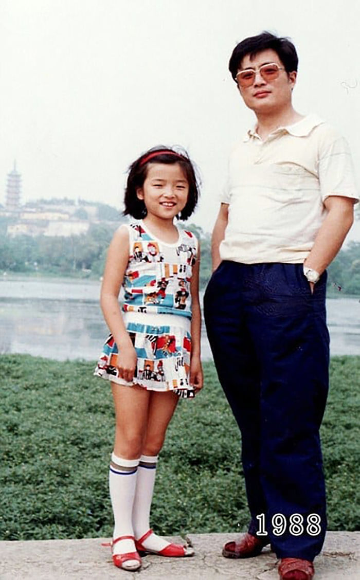 5f3f74583199d dad daughter same photo location different year hua yunqing 1 12 5f3e282f21f54  700 - Mesma foto, mesmo lugar há 40 anos!