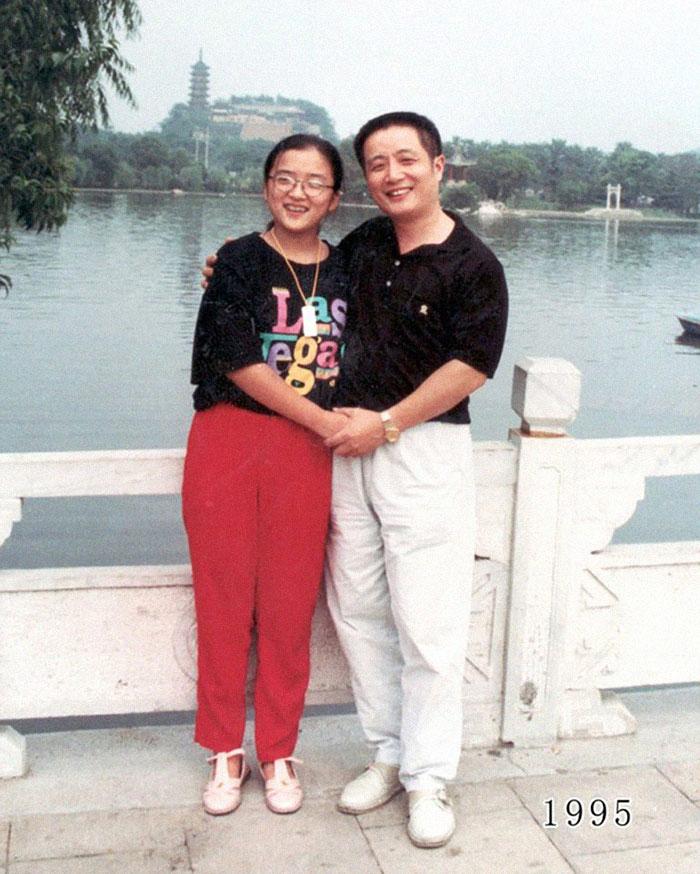 5f3f74596c867 dad daughter same photo location different year hua yunqing 1 19 5f3e283fe1b2d  700 - Mesma foto, mesmo lugar há 40 anos!